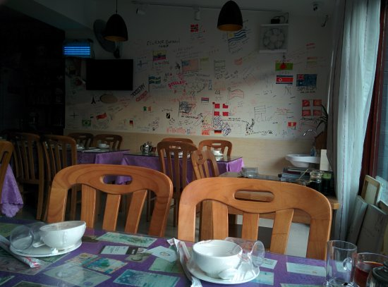 Mr. Shi's Dumplings : visitors scribble notes on the wall - classic in places frequented young travellers
