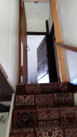Cleavers Lyng : steep stairs to top suite and no lefthand side handrail