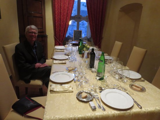 La Tana dell'Istrice: The table is set for an elegant wine dinner featuring wines made at the agriturismo.