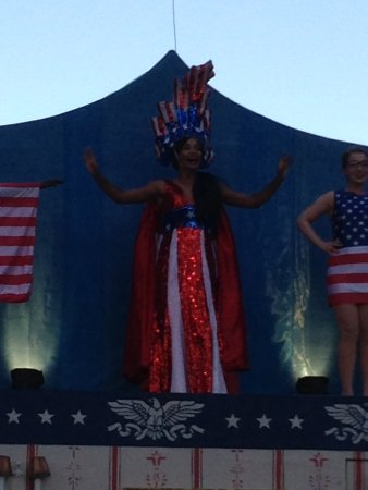 San Rafael, Kalifornien: Miss Georgia is the star of the show and is planning to rewrite the constitution