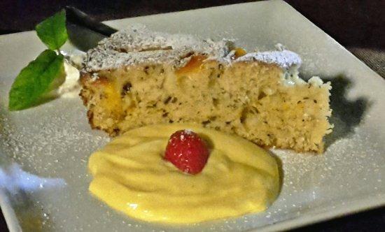 Mason Vicentino, Italia: Torta soffice con albicocche, ricotta, cioccolato + crema