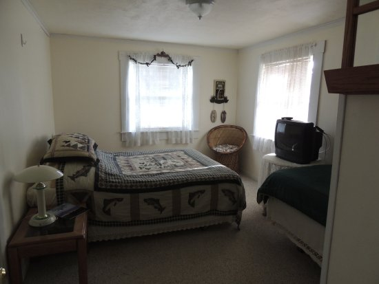 Foster, OR: Deluxe queen featuring two connected rooms with extra twin bed
