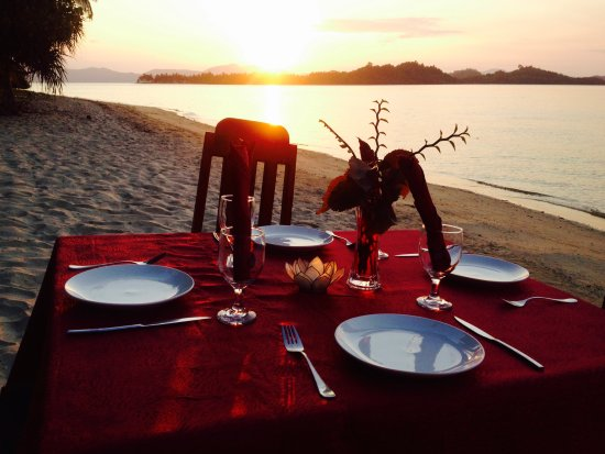 Port Barton, Filipinas: Romantic sunset dinner on the beach
