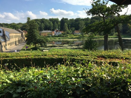 Lyngby, Dinamarca: From the restaurant terrace - this was our view as we sipped our beer!
