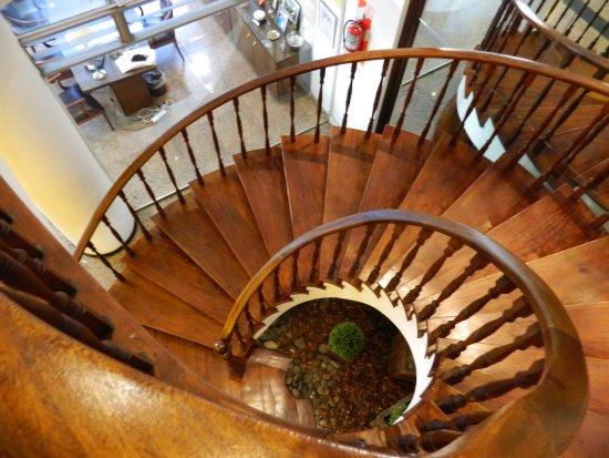 dos reyes hotel mar del plata escalera caracol de madera del entrepiso al lobby