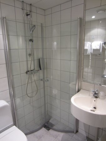 Clarion Collection Hotel Bastion: Shower room (very cramped)