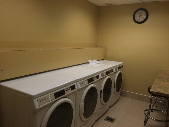Hampton Inn and Suites Charlottesville - At The University: guest laundry