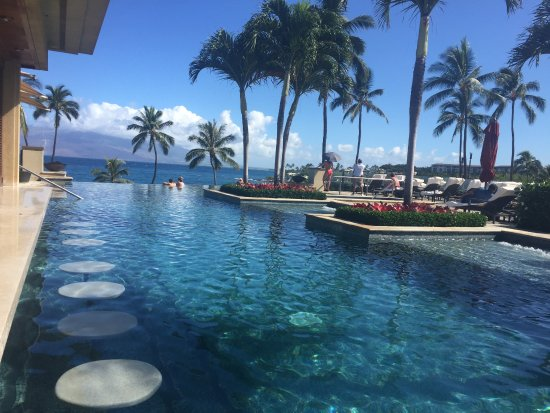 Four Seasons Resort Maui at Wailea: Adults-only Serenity pool with swim-up bar