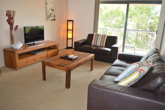 Outrigger Bay Apartments: Comfy loungeroom