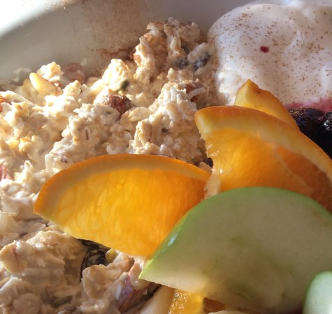Warners Bay, Australia: Bircher with yoghurt, fruit and berry compote