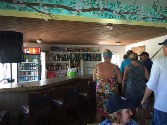 Great Guana Cay: Everyone lined up for the bar and buffet