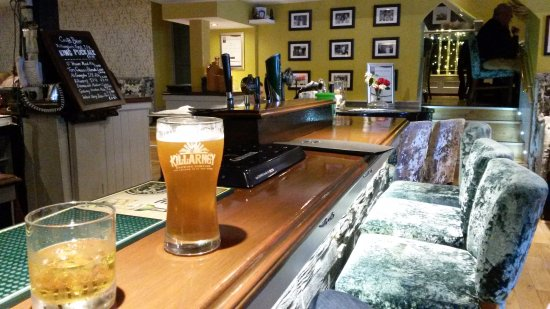 Killorglin, Irlandia: Picture down the bar towards most of the seating area.
