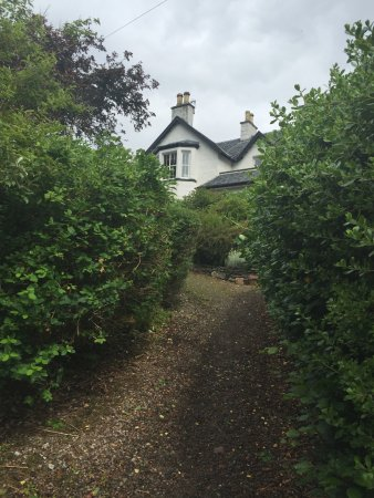 North Ballachulish, UK: The garden in the front of Loch Leven Hotel.