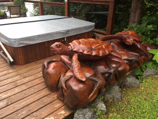 Majestic Ocean Bed and Breakfast: Wooden turtle carvings by the hot tub