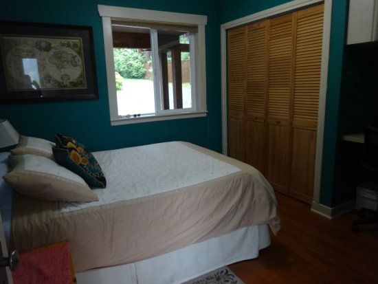 Majestic Ocean Bed and Breakfast: The smaller bedroom, upstairs