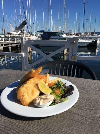 Belmont, Australien: Fish n chips on the deck