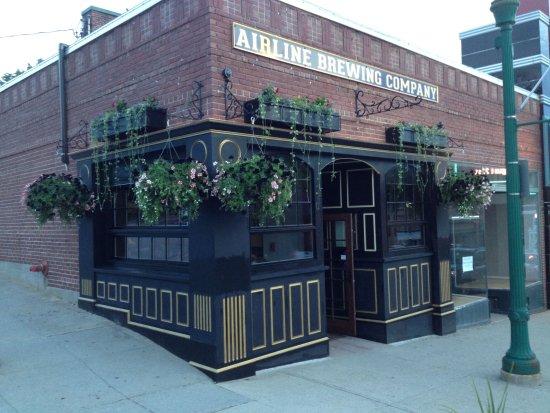Ellsworth, ME: Classic English pub exterior