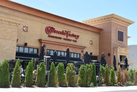 Lawrenceville, Nueva Jersey: The Cheesecake Factory: Outdoor Easting Area behind Hedges