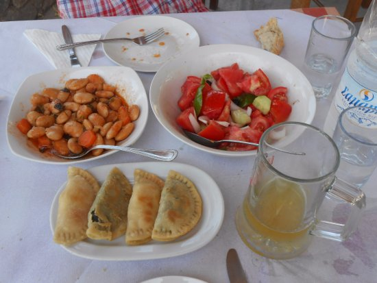 Vamos, Grèce : Gigantes beans, greek salad and kalitsounia