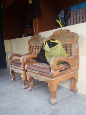 Seaview Resort: Территория отеля. Старая, разваливающаяся мебель. Садиться на нее противно!!! Девочки поймут!
