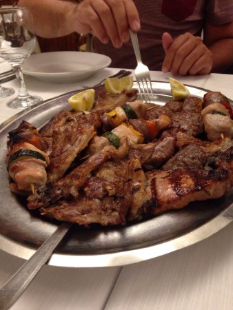 Sant'Angelo In Pontano, Italien: Mixed grill made by mommy!
