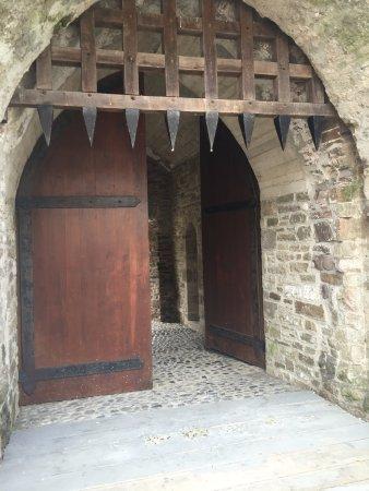 Roscrea Castle: entrance at the castle