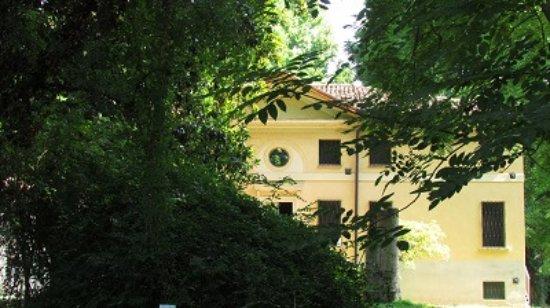 Ostiglia, Italy: La villa ottocentesca sull'isola Boschina