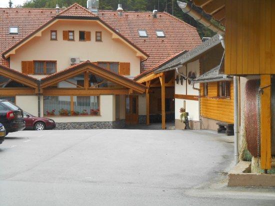 Cerklje, Slovenia: Vu du vaste parking, le havre de paix