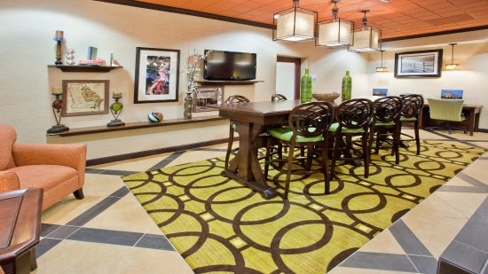 Holiday Inn Express Peachtree Corners/Norcross: Communal Table - the perfect place for casual business meetings!