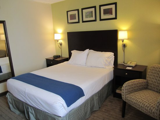 Holiday Inn Express Boston: All Queen Bedded Guest Rooms feature occassional seating