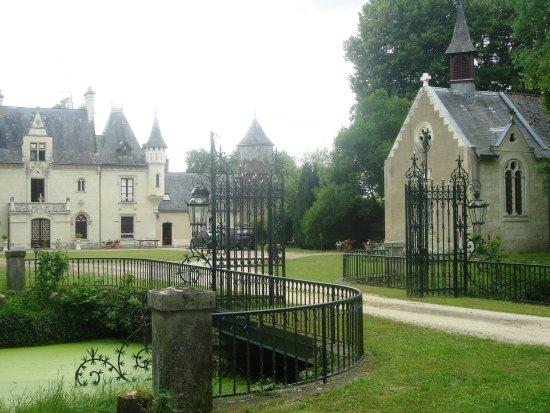 Vivy, Francia: Tiny chapel and moat.