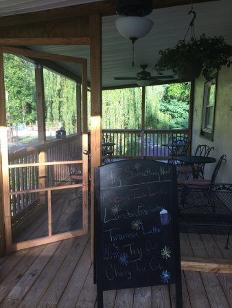 Berkeley Springs, WV: Enjoying breakfast in the balcony