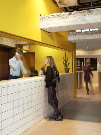 The Student Hotel Rotterdam: Friendly check-in service at reception!