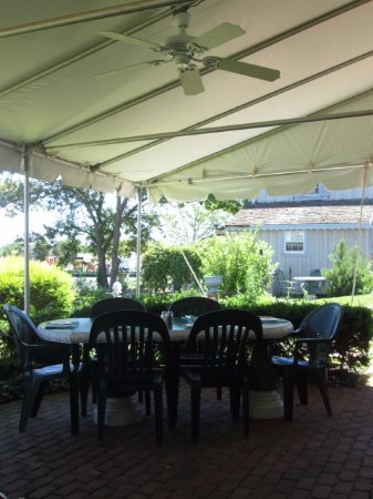 Chesapeake City, MD: table under the awning-cool and refreshing