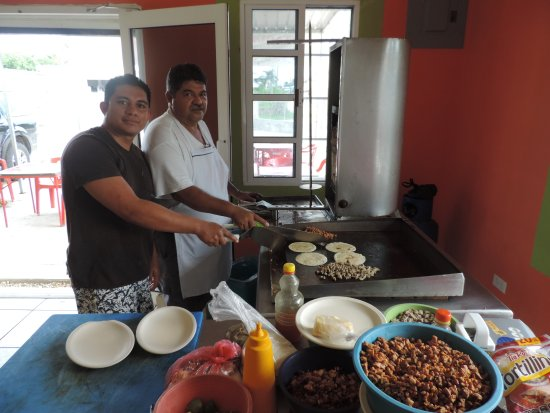 Orange Walk, Belize: Staff cooking our tacos