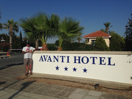 Avanti Hotel: Front of the hotel!!