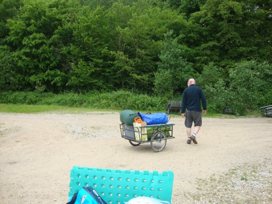 Senonches, Francia: Bringing the gear in a trolley from the car park to the campsite.