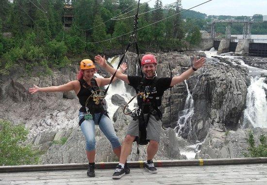 Grand Falls, Canadá: Audaci pronti a librarsi (attaccati) sopra la cascata