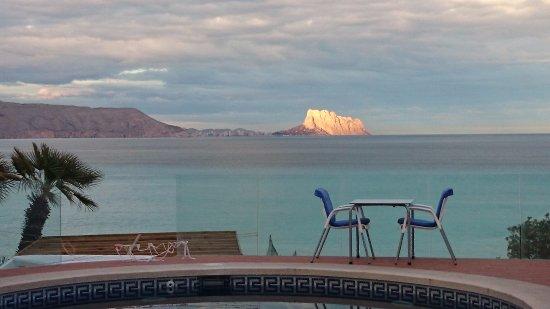 La Riviera: vista de la terrsza del restaurante al fondo calpe