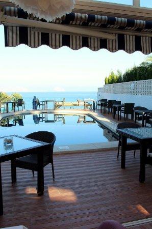 La Riviera: el restaurante y la piscina y el fondo el mar