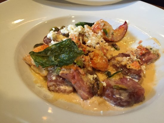 Hanover, Nueva Hampshire: Beet gnocchi with lobster, buttermilk fried chicken with haricot vert, watermelon salad with min