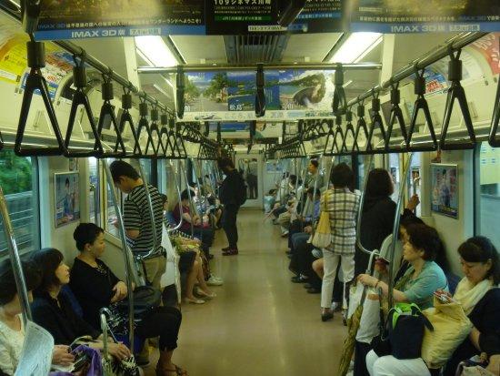 Kanto (bölge), Japonya: 黒い吊革の車内の様子