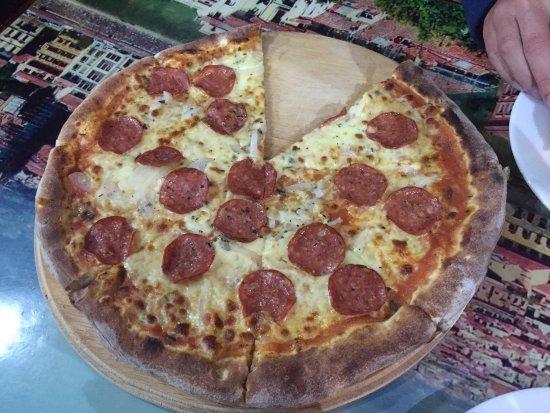 Baño Discapacitados Traduccion:Ham, salami, pepperoni and mushrooms: fotografía de Leoni Pizzeria
