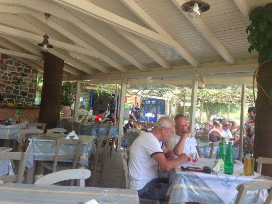 Taverna Beach Bar Galini: dining customers
