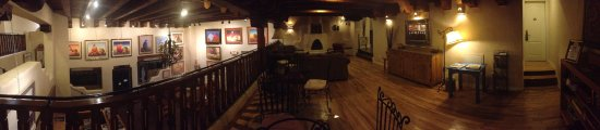Hotel La Fonda de Taos: Panoramic picture taken from the 2nd floor above the lobby
