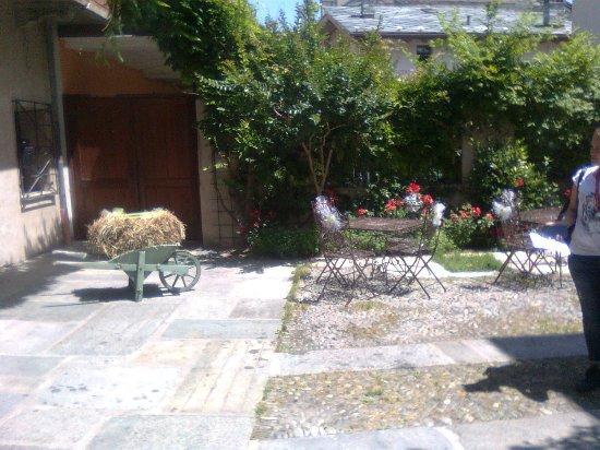 Nus, Italia: Vista del cortile