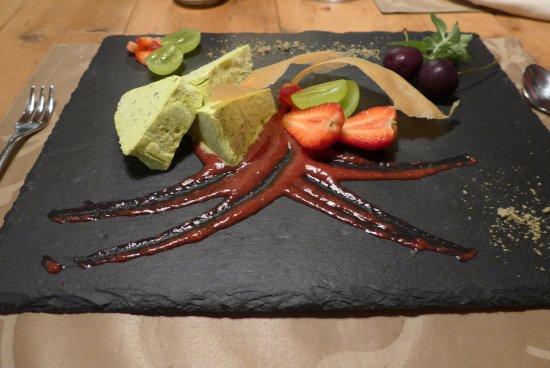 Val di Vizze, İtalya: semifreddo al pistacchio con frutta stagionale ,cialde croccanti , su una riduzione di fragole .