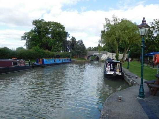 Seend, UK: View from the outside seating canalside