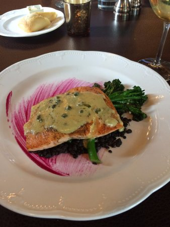 Fort Benton, Монтана: Grilled salmon with local Black Beluga Lentils