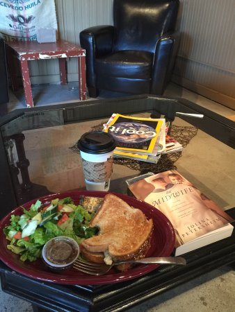 Ottumwa, IA: Coffe, great food and a good book!
